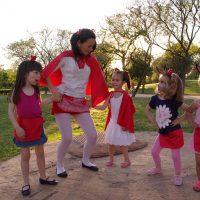 Fiesta temática caperucita roja bailando